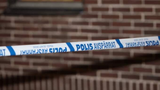 En person ska också ha misshandlats. Polisen har spärrat av platsen. Foto: Peo Möller / TOPNEWS.SE