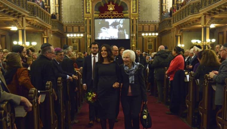 Prinsessan Sofia tillsammans med Hédi Fried efter minnesgudstjänsten i Stockholms synagoga på förintelsens minnesdag. Foto: Marcus Ericsson/TT