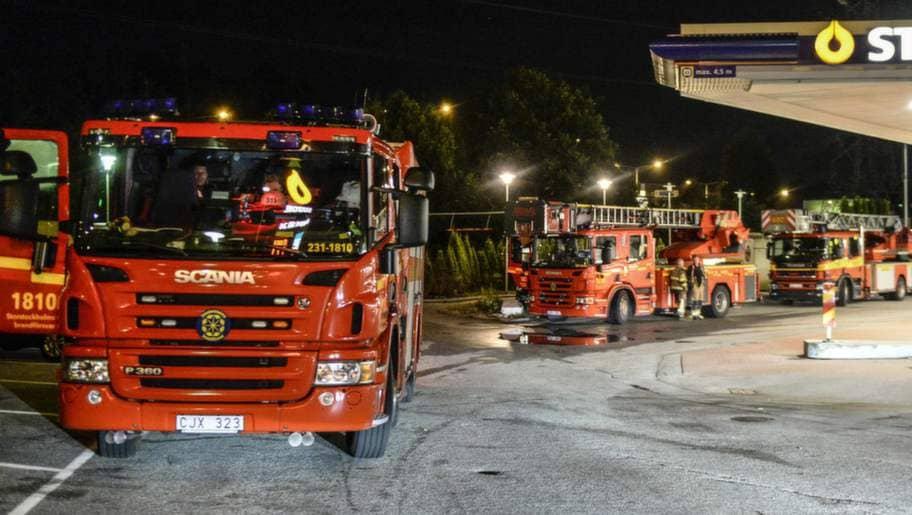 Brandbilarna fick inte polisens tillstånd att ta sig in till brandhärdarna. Foto: Maja Suslin / TT