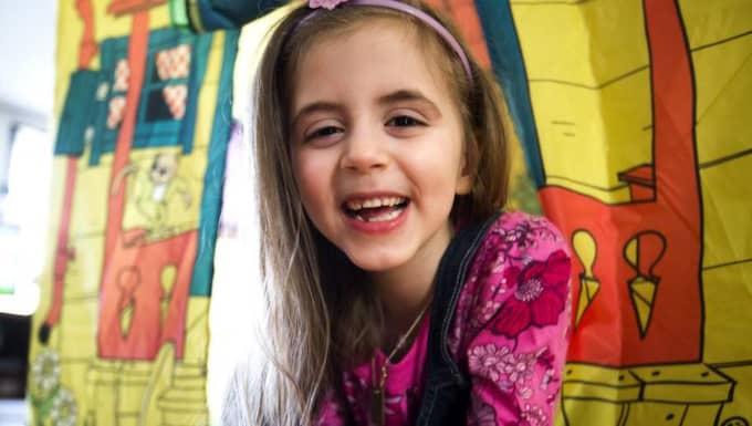 Nu är hon som vilken annan femåring som helst - och leker med både energi och iver. Men annat var det innan operationen, berättar pappa Joakim. Foto: Lennart Rehnman