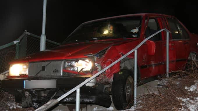 – Föraren av bilen har rivit ner både det ena och det andra. När vi kom fram till platsen var bilen i gång, men det fanns inga personer i den, säger polisens presstalesman Peter Adlersson. Foto: Christer Grändevik
