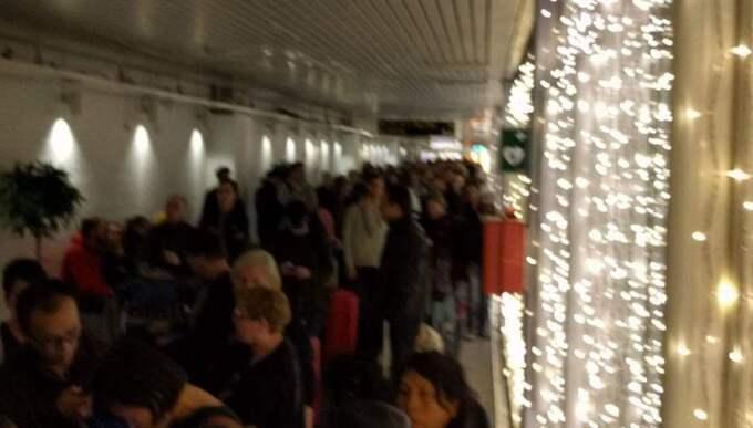 Köbildning på terminal 2 på Arlanda flygplats sedan ett misstänkt paket har hittats Foto: Läsarbild