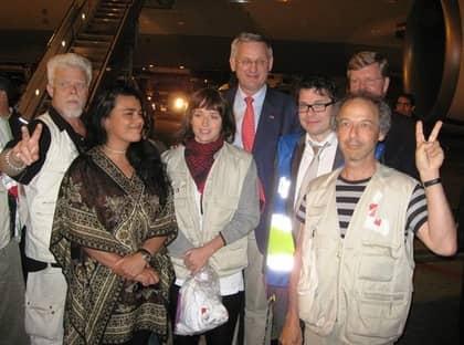 Carl Bildt och svenska diplomater tog emot de glada svenskar som just klivit ur planet på Istanbuls flygplats - efter att ha släppts ur fängelse i Israel. Foto: Arne Lapidus
