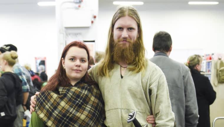 Vikingarna Pernilla Svensson och Henrik Nordholm har skapat sina egna kläder. – På sommaren kommer alla marknader, så vi förbereder inför det, säger Pernilla Svensson. – Det handlar om att värdesätta kvalitet i stället för slit-och-släng, säger Henrik Nordholm. Foto: Jens Christian