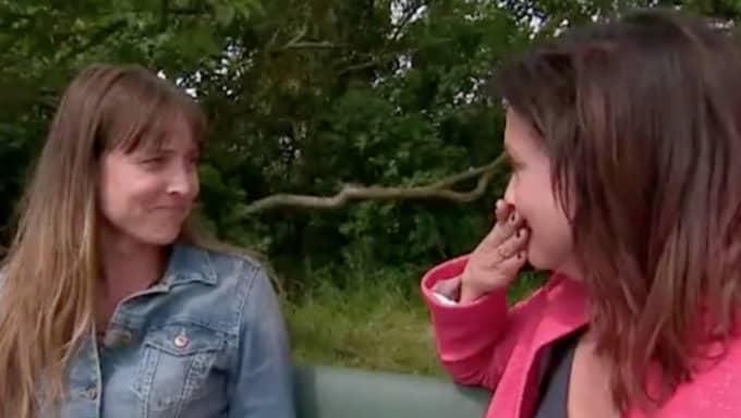 Programledaren Pernilla Månsson Colt blev både paff, glad och rörd när Marie Gamner berättade att Husdrömmarfamiljen väntade smått. Foto: SVT