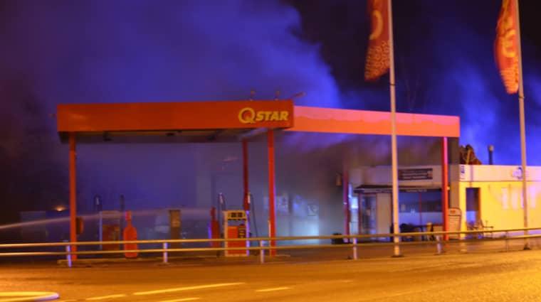 En bil inne på bensinstationen började brinna och räddningstjänsten bedömde att det fanns risk för explosion. Foto: Göran Johansson