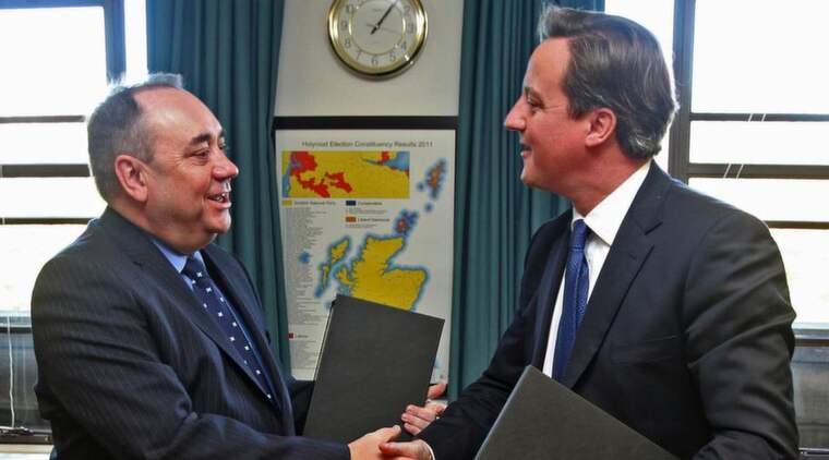 FÅR FOLKOMRÖSTA. Storbritanniens premiärminister David Cameron skakade hand med Skottlands försteminister Alex Salmond. Foto: Ian Macnicol