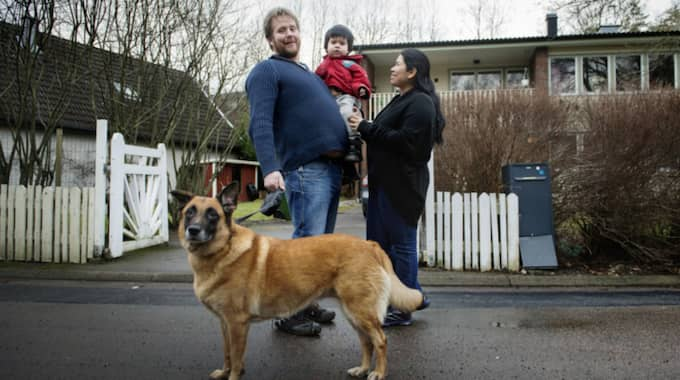 Familjen står framför den vita villan i Ytterby. Hunden Platina är otålig och vill bara komma ut på sin promenad. Foto: Robin Aron