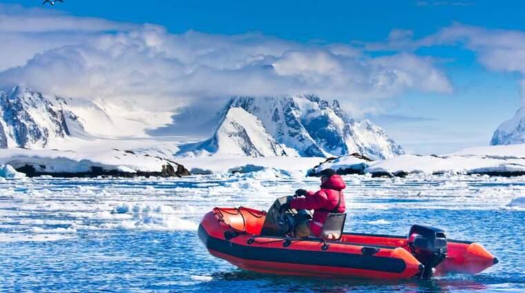 Under isen hittade de amerikanska forskarna en rad olika mikroorganismer som lever på näringsämnen som isen skaver loss från berg och stenar. Foto: Colourbox