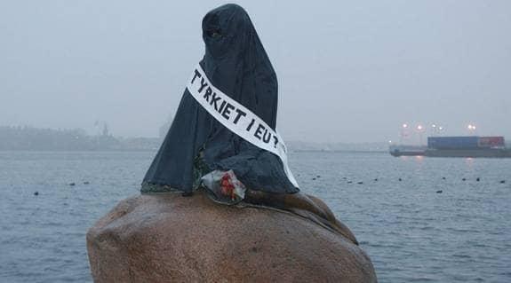 """""""Lilla sjöjungfrun"""" har även tidigare klätts i burka. Den här bilden är från 2004. Foto: Scanpix"""