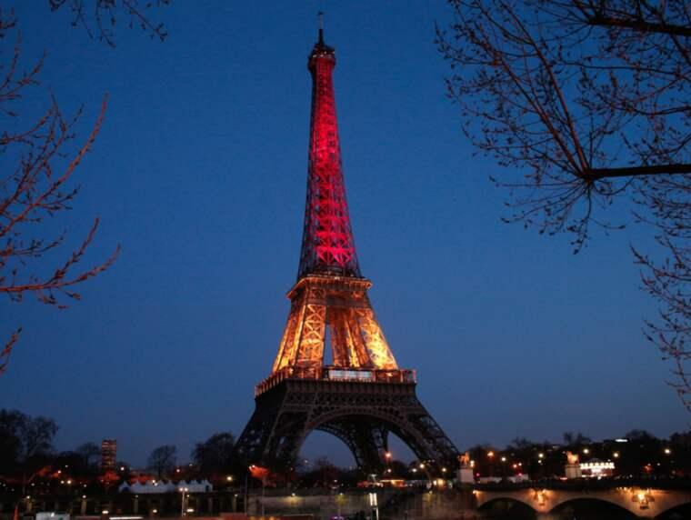 Eiffeltornet i Paris upplyst med Belgiens färger. Foto: Thibault Camus / AP TT NYHETSBYRÅN