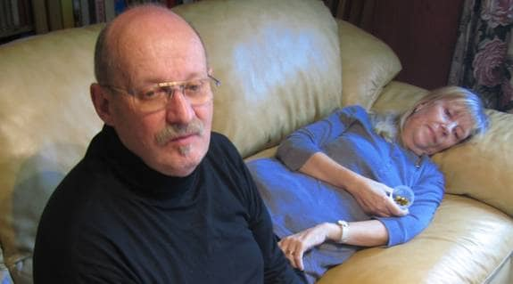 """56-åriga Karin Jönsson fick inte åka med ambulansen till akuten. """"Är mitt liv inte lika mycket värt som en hjärtsjuk?"""" undrar hon. Foto: ITA JABLONSKA"""