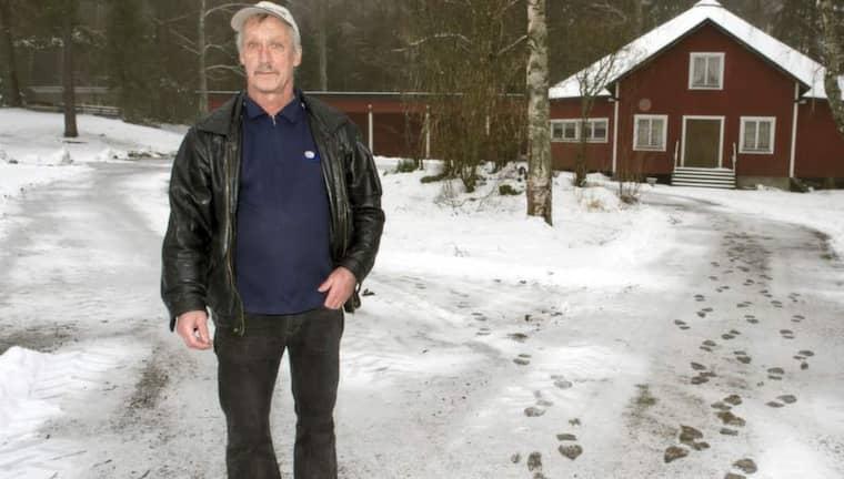 UTSATT. Steen Jense, 62, hyrde ut lokalen i Folkets park i Kolsva, ovetandes om den stundande sammandrabbningen mellan höger- och vänsterextremister. Foto: Stefan Söderström
