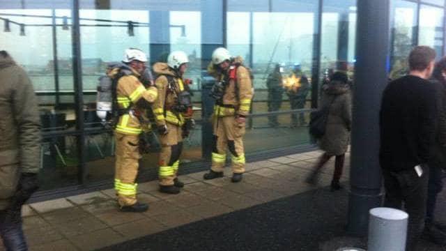 Räddningstjänsten och polis är på plats vid SVT-huset. Foto: Läsarbild