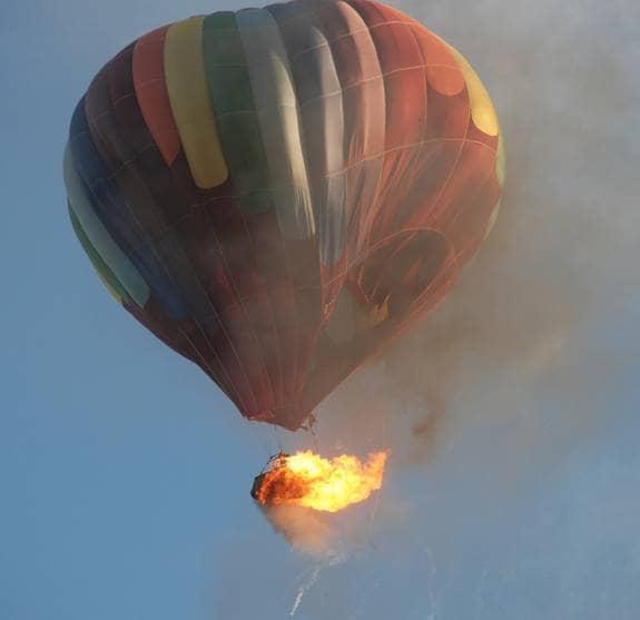 Här störtar den brinnande luftballongen utanför Vancouver. Passagerarna hoppade från eldhavet. Foto: AP