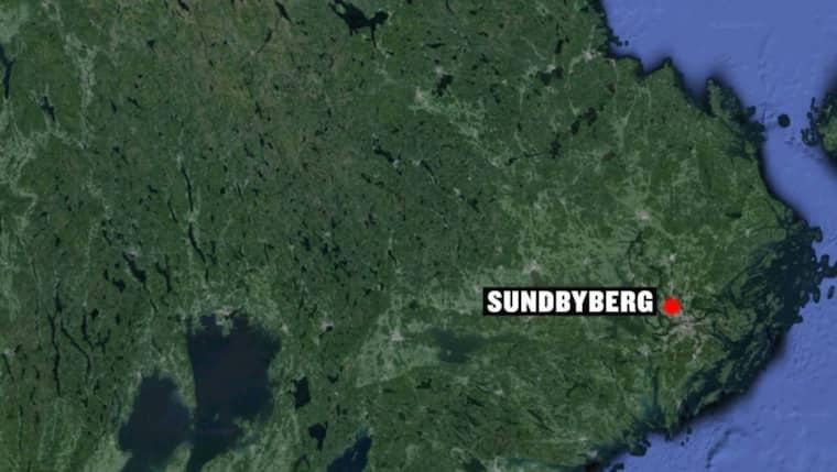 En man i 45-årsåldern attackerades i ett trapphus i Sundbyberg strax utanför Stockholm.