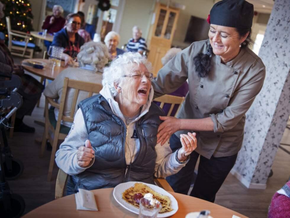 """HEMLAGAT. """"Det här var alla tiders!"""" säger Ann Marie Eklund, 86, om de hemmagjorda pannkakorna som kökschef Ingela Brännehed serverar. Foto: Robin Aron"""