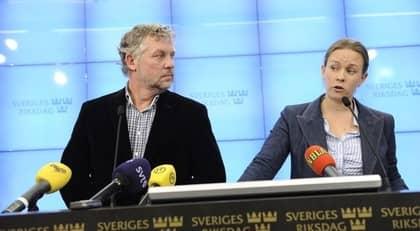 Peter Eriksson och Maria Wetterstrand på presskonferensen. Foto: Christian Örnberg