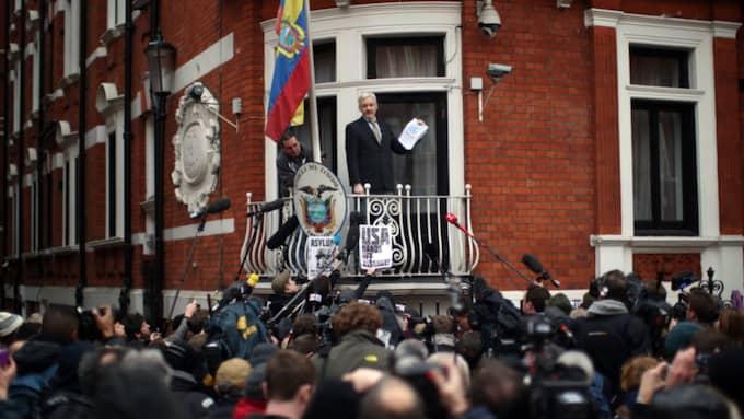 Pressuppbådet vid Ecuadors ambassad i London var stort när Julian Assange talade på fredagen. Foto: Carl Court/Getty Images Europe