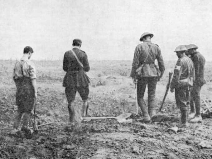 Av jord kommen. Soldater vid en fältbegravning under första världskriget. Foto: Getty
