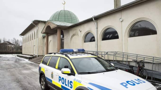 En moské i stadsdelen Svartbäcken i norra Uppsala utsattes tidigt på nyårsdagen för ett attentat då en brandbomb kastades och klotter ritades på fasaden. Foto: Pontus Lundahl/TT