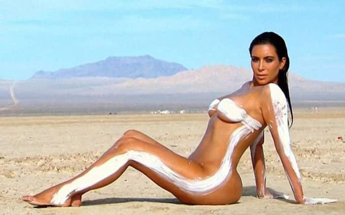 """Kim är som bekant förtjust i uppmärksamhet. Här poserar hon naken i ett kommande avsnitt av realityserien """"Keeping up with the Kardashians"""". Foto: E! Via Bestimage"""