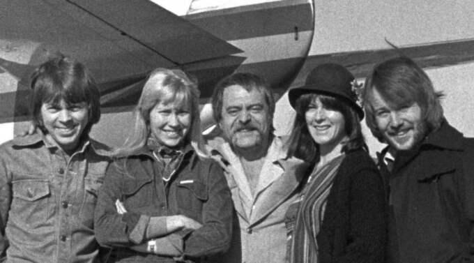 Glanstiden. Stikkan Anderson flankeras av Björn Ulvaeus, Agnetha Fältskog, Benny Andersson och Anni-Frid Lyngstad. Året är 1976. Foto: SCANPIX Foto: Olle Karud / Scanpix