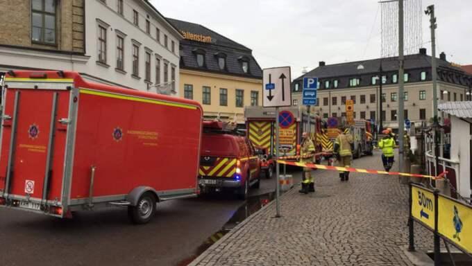 Polis och räddningstjänst är på plats för att få kontroll över situationen. Foto: Jonathan Berntsson