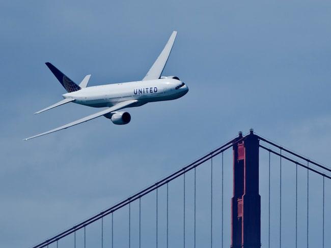 Kvinnan reste med United Airlines mellan New York till San Francisco.