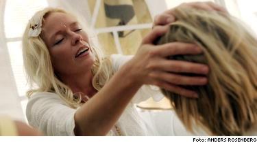 Anette Carlström ger dikshahealing. Målet med dikshan är att nå ett tillstånd fritt från inre konflikter, ett så kallat enhetsmedvetande eller upplysning.