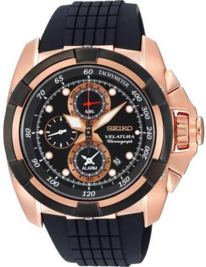 Citizens Super titanium Herrklocka med svart urtavla, kronograf, safirglas och datum. Har ett batteri som drivs av ljusceller, 4 298 kr.