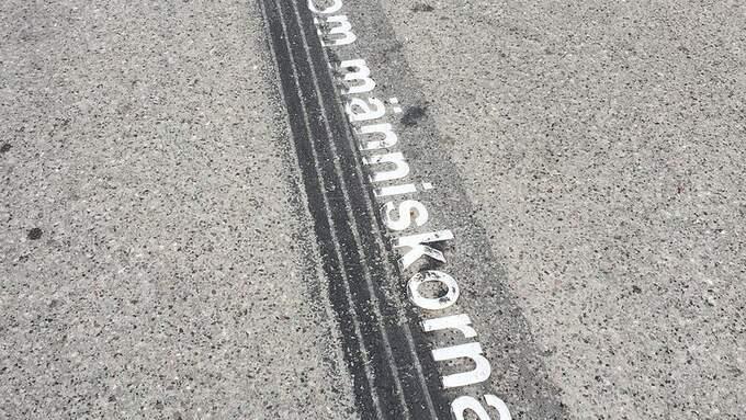 Bromsspår över citaten av Strindberg i Drottninggatans asfalt.