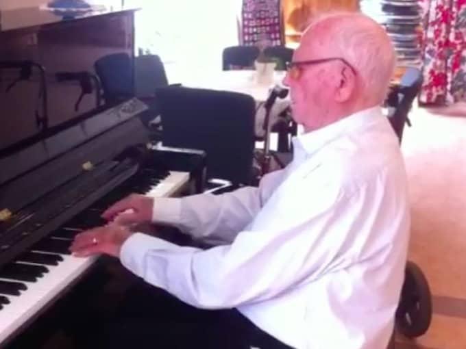 Tillbaka där han hör hemma. Vid pianot. Och Kjell Åkes spelande uppskattas. Foto: Privat