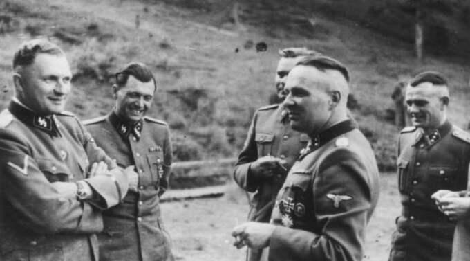 Chefsläkaren Josef Mengele (i mitten), med Auschwitz kommendant Rudolf Höss (t h) och dennes efterträdare, Richard Baer (t v).