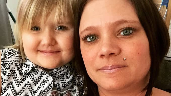 Martina Kristiansson vårdar sin cancersjuka dotter Filippa, 8, på heltid. Men nu har Försäkringskassan dragit in hennes ersättning. Foto: Privat