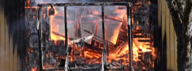 """Brand rasar på gård: """"Villan är övertänd"""""""