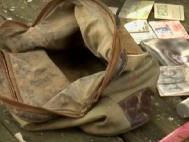 Pojkens oväntade napp - fiskade upp handväska som varit försvunnen i 25 år