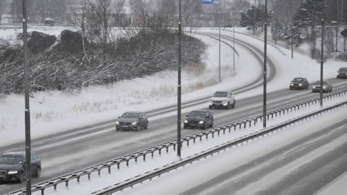 Det kraftiga snöfallet har fått SMHI att utfärda en klass 1-varning för besvärligt väder. Varningen gäller Bohuslän, Dalsland och Värmland. Foto: Henrik Isaksson/Ibl-Aop