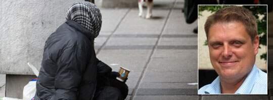 Kommunstyrelsens ordförande i Mariestad, Johan Abrahamsson (M) vill förbjuda tiggeri i Sverige.