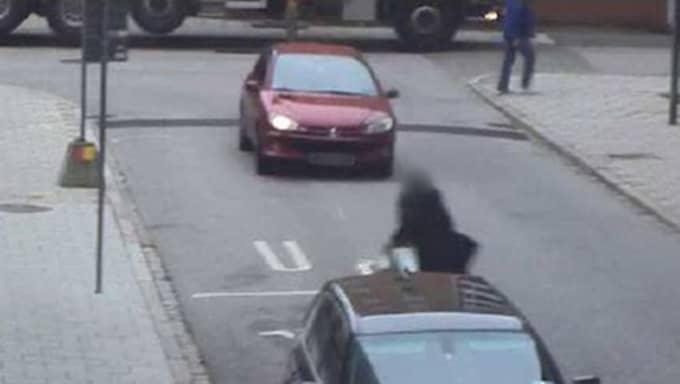 Exfrun och pojkvännen uppfattar att 42-åringen försöker mot på dem och försöker fly undan bilen. Foto: Polisen