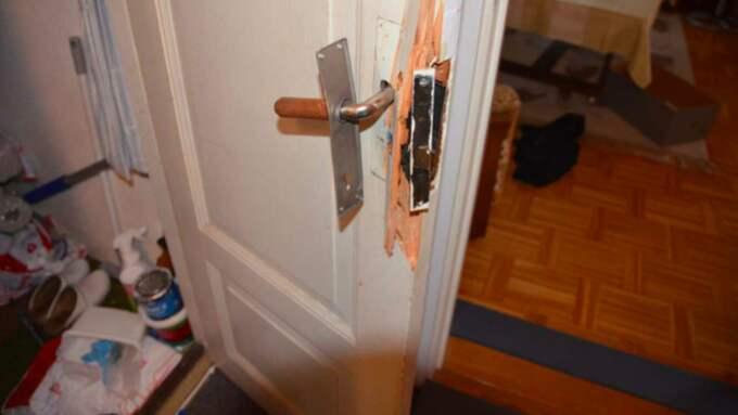 Flera dörrar blev uppbrutna i bostaden. Foto: Polisen