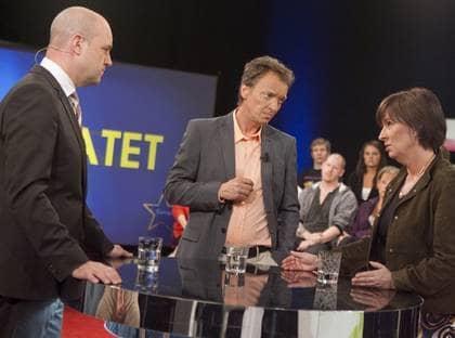 """DUELLEN. Fredrik Reinfeldt och Mona Sahlin möttes i går i en EU-debatt hos Lennart Ekdal i TV4:s """"Kvällsöppet med Ekdal"""". Efter debatten utropade statsministern sig som segrare. Foto: Roger Schederin"""