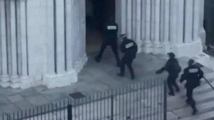 Här stormar polisen franska kyrkan efter misstänkta terrordådet