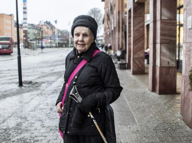 """<strong>Birgitta Rastborg, 85, pensionär, Hässelby.</strong><br />""""Nej, det är jag inte. Jag har inte behövt att tänka på det och läser på bipacksedeln. Har inte råkat ut för några biverkningar heller av de läkemedel jag tar just nu""""."""