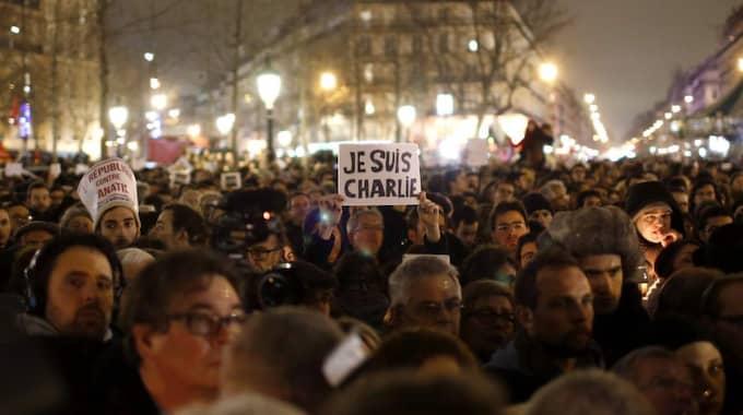 """JE SUIS CHARLIE! En man håller upp en skylt med orden """"Je suis Charlie!"""" (på svenska """"Jag är Charlie"""") i samband med en manifestation för att hedra offren i terrorattacken mot den franska satirtidningen Charlie Hebdo i Paris i går. Foto: Youssef Boudlal"""