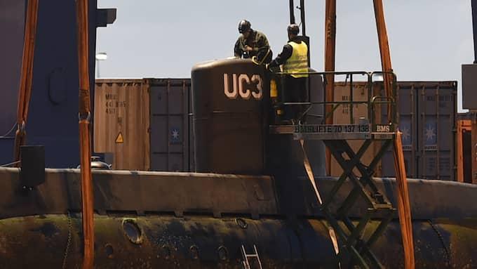 Tekniker fanns på plats och jobbade på ubåten under natten. Foto: / Anders Gronlund