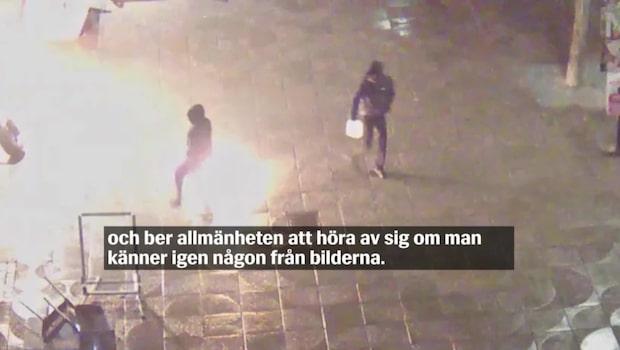 Övervakningsfilm: Två män tänder eld på Tenstakontorets entré