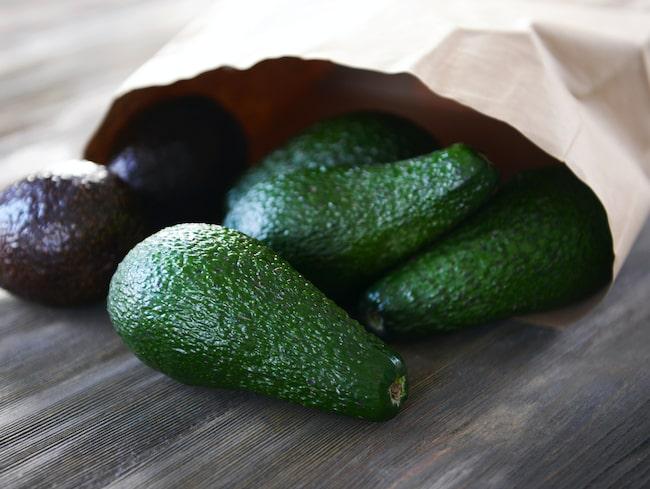 Att lägga avokadon i en papperspåse tillsammans med en frukt är smart knep som får den att mogna snabbare.
