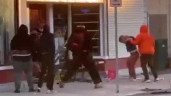 Tumult vid affären –här blir kvinnan nedslagen av plundrare