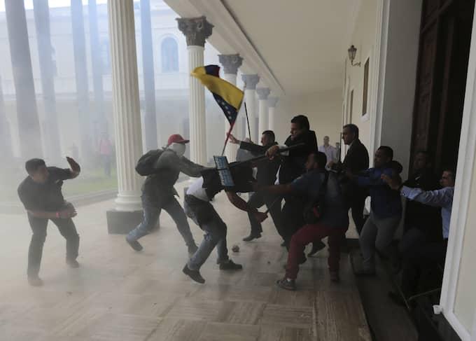 Regeringsmilis försökte ta över parlamentet 5 juli för att stoppa parlamentsledamöterna att utlysa en folkomröstning. Foto: FERNANDO LLANO / AP TT NYHETSBYRÅN